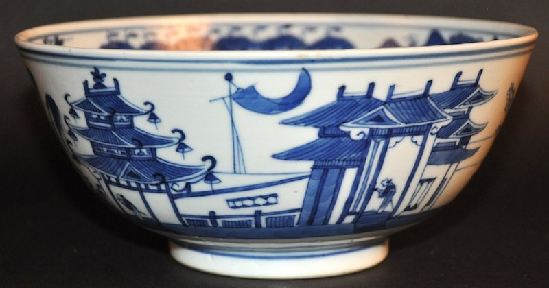 A 19TH CENTURY CHINESE BLUE AND WHITE CIRCULAR BOWL