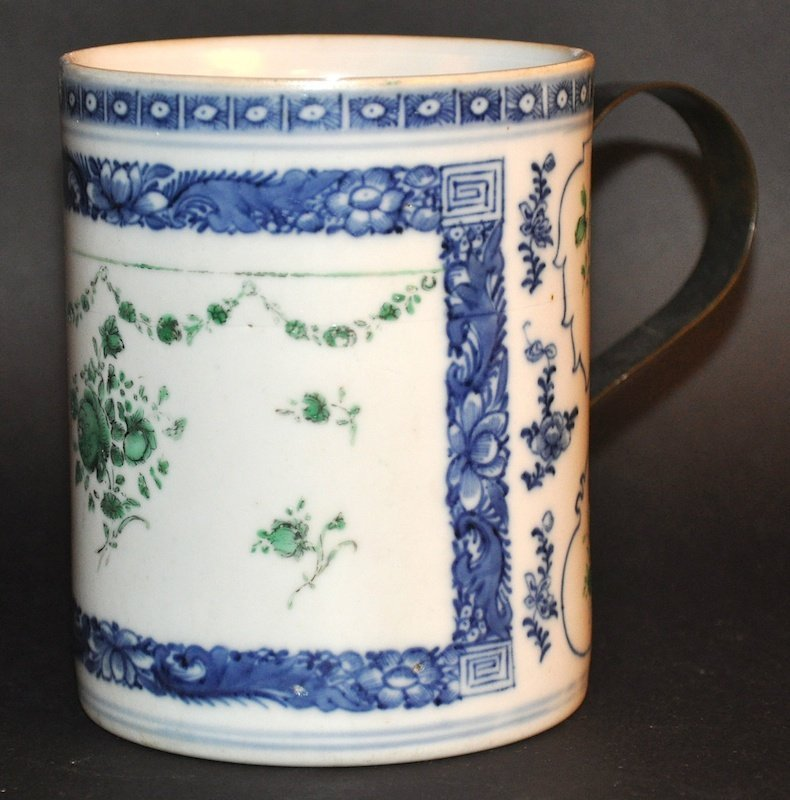 AN 18TH CENTURY CHINESE EXPORT BLUE AND WHITE TANKARD