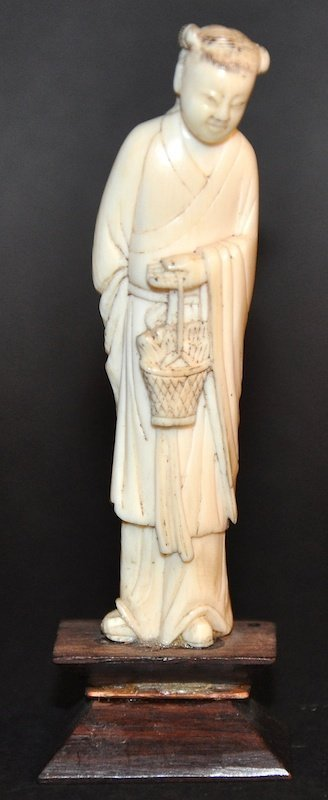 A SMALL 19TH CENTURY CHINESE CARVED IVORY FIGURE OF AN