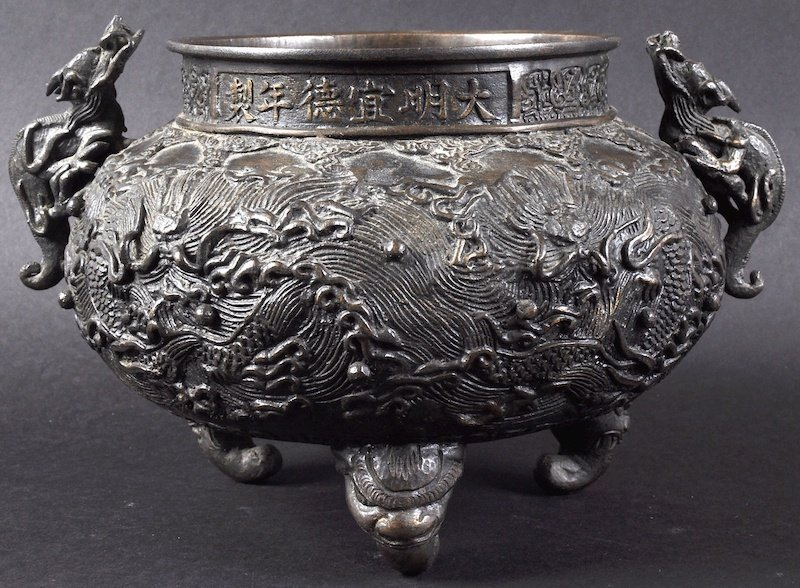 A 19TH CENTURY CHINESE TWIN HANLED BRONZE CENSER