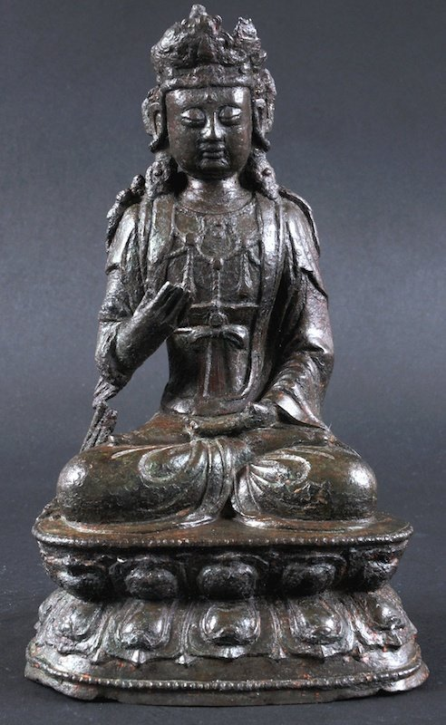 A 16TH/17TH CENTURY CHINESE BRONZE FIGURE OF GUANYIN