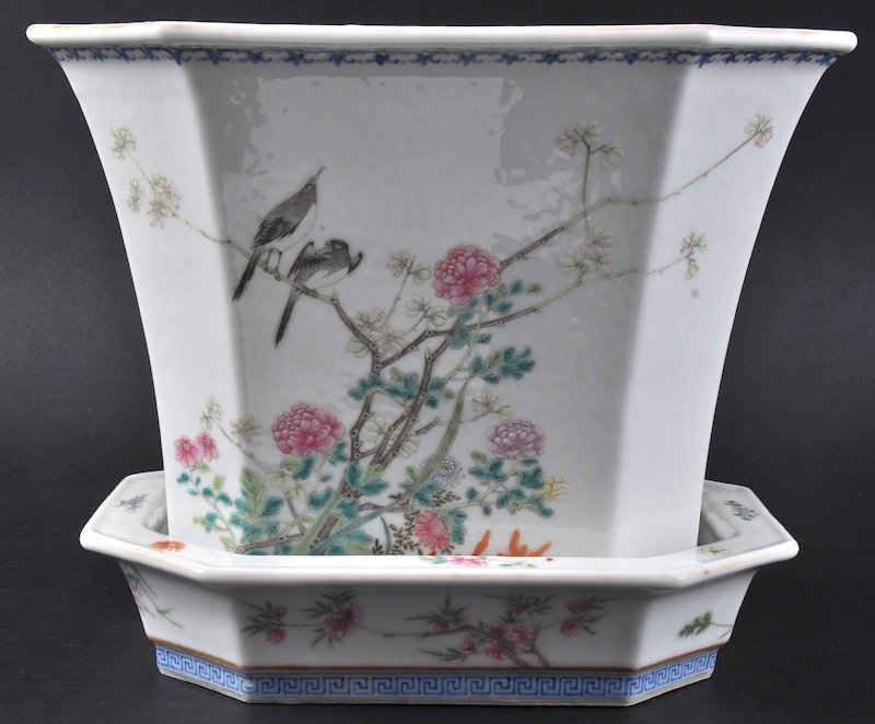 A LOVELY 19TH CENTURY CHINESE FAMILLE ROSE PORCELAIN