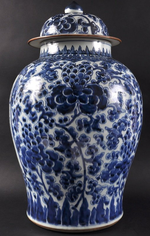 A GOOD 18TH CENTURY CHINESE BLUE AND WHITE TEMPLE JAR