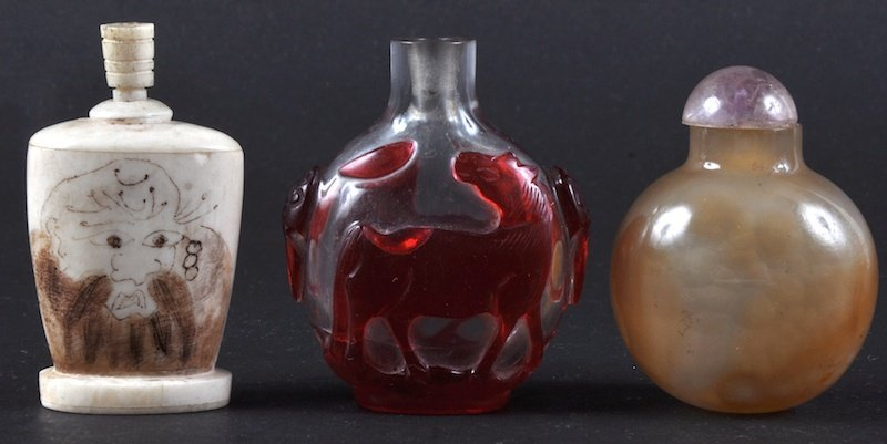 A CHINESE CARVED AGATE SNUFF BOTTLE AND STOPPER