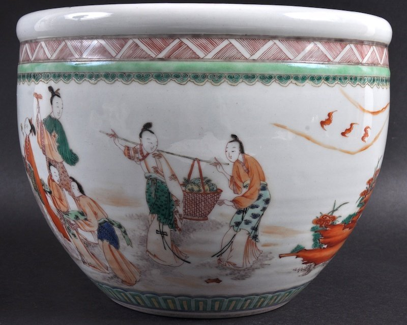 A CHINESE FAMILLE VERTE PORCELAIN JARDINIERE painted