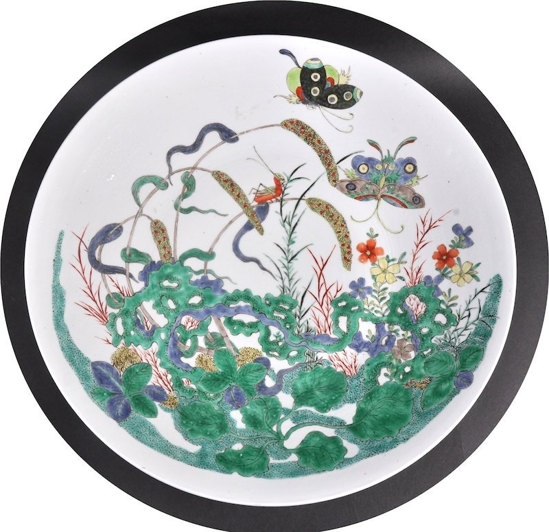 A 19TH CENTURY CHINESE FAMILLE VERTE CIRCULAR CHARGER