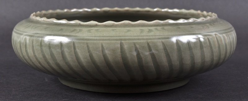 A CHINESE QING DYNASTY GREEN CELADON SCALLOPED BOWL