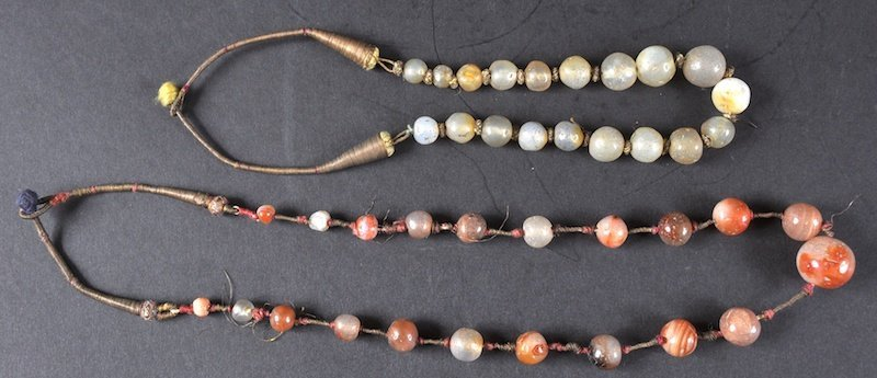 A 19TH/20TH CENTURY TIBETAN CARVED AGATE NECKLACE