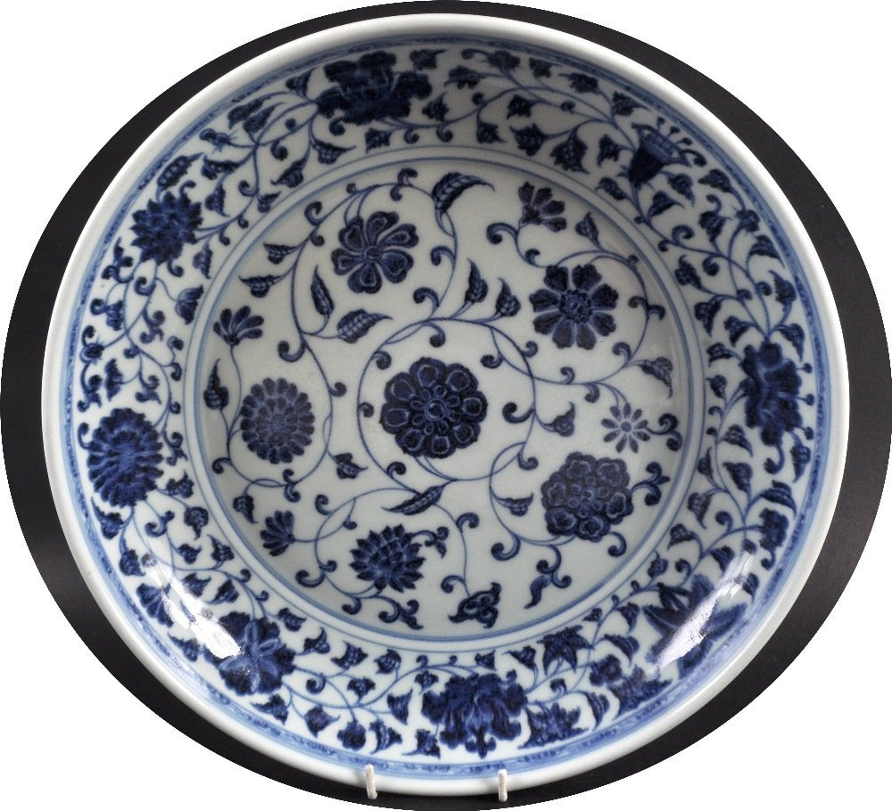 A CHINESE BLUE AND WHITE CIRCULAR PORCELAIN DISH Ming
