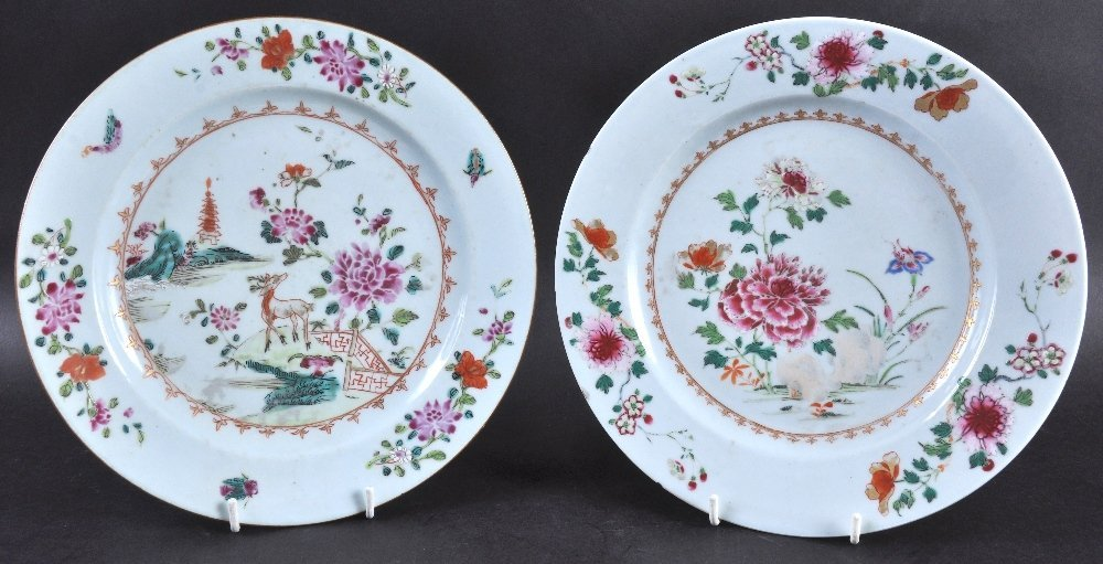 A PAIR OF 18TH CENTURY CHINESE EXPORT CIRCULAR PLATES