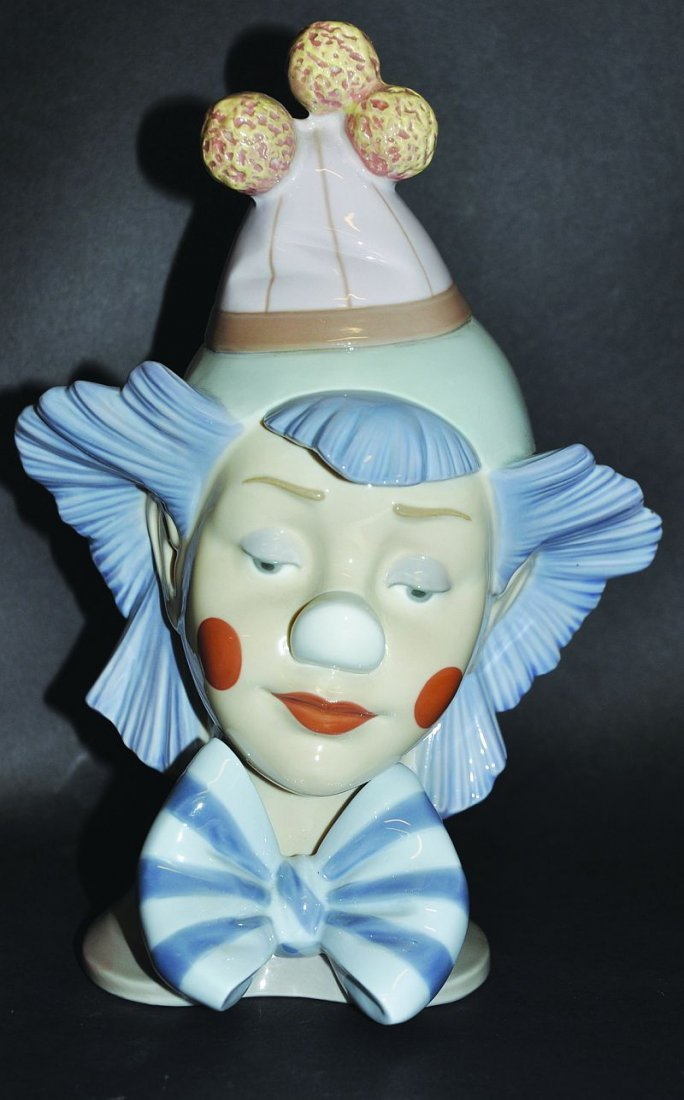 A LLADRO CLOWN, 'REFLECTING', No. 5612, Issued 1989,
