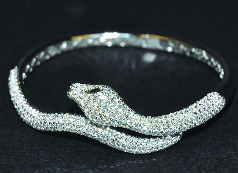 A SUPERB 18CT WHITE GOLD AND DIAMOND GOLDING SNAKE