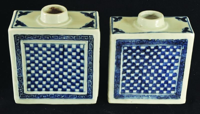 A PAIR OF 19TH CENTURY CHINESE PORCELAIN TEA CADDIES,