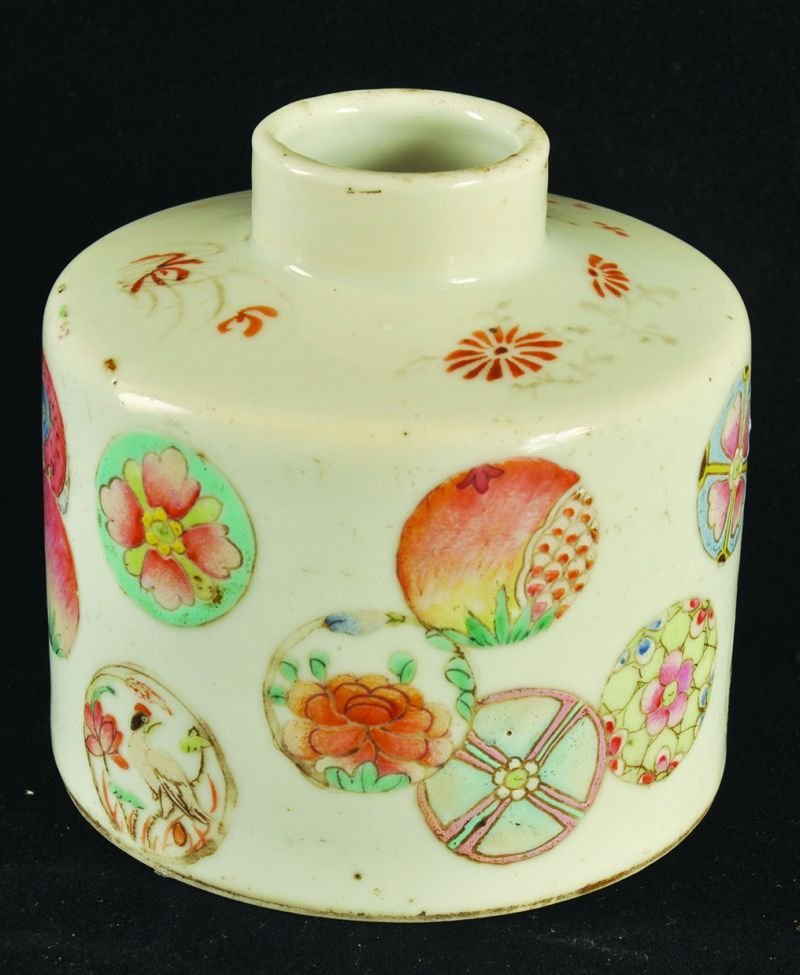 A SMALL 19TH CENTURY FAMILLE ROSE PORCELAIN TEA CADDY,