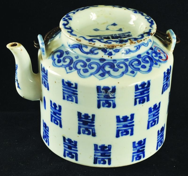 A 19TH CENTURY CHINESE BLUE & WHITE PORCELAIN TEAPOT &