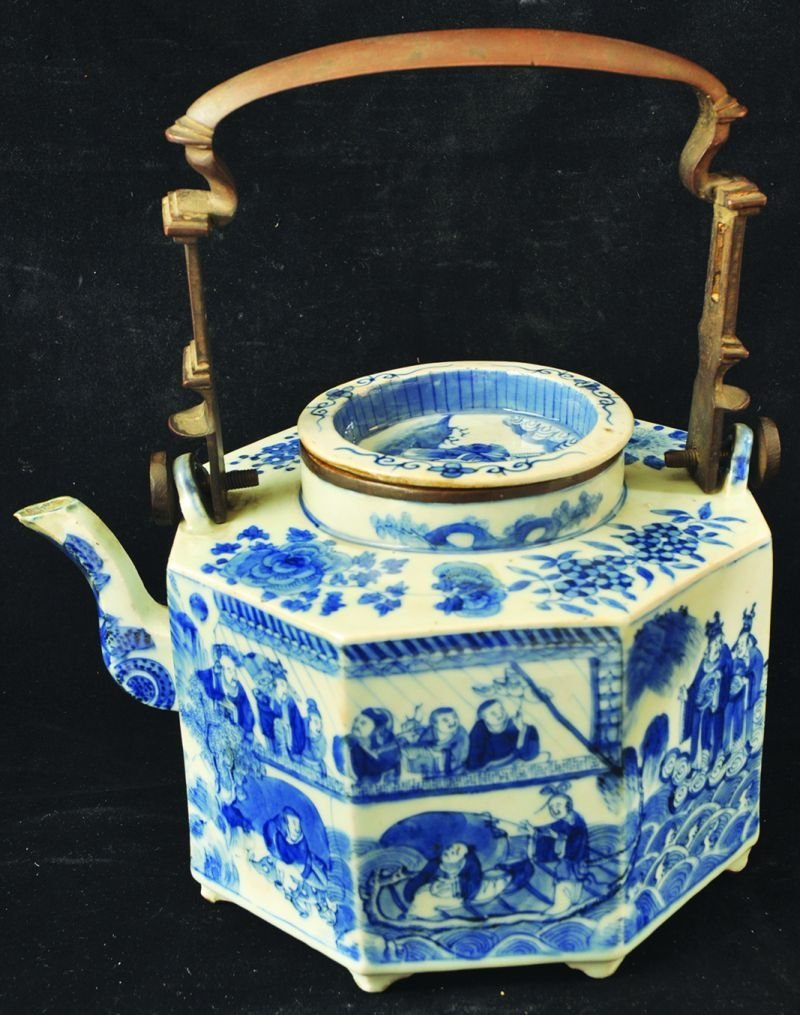 A GOOD LARGE 19TH CENTURY CHINESE BLUE & WHITE