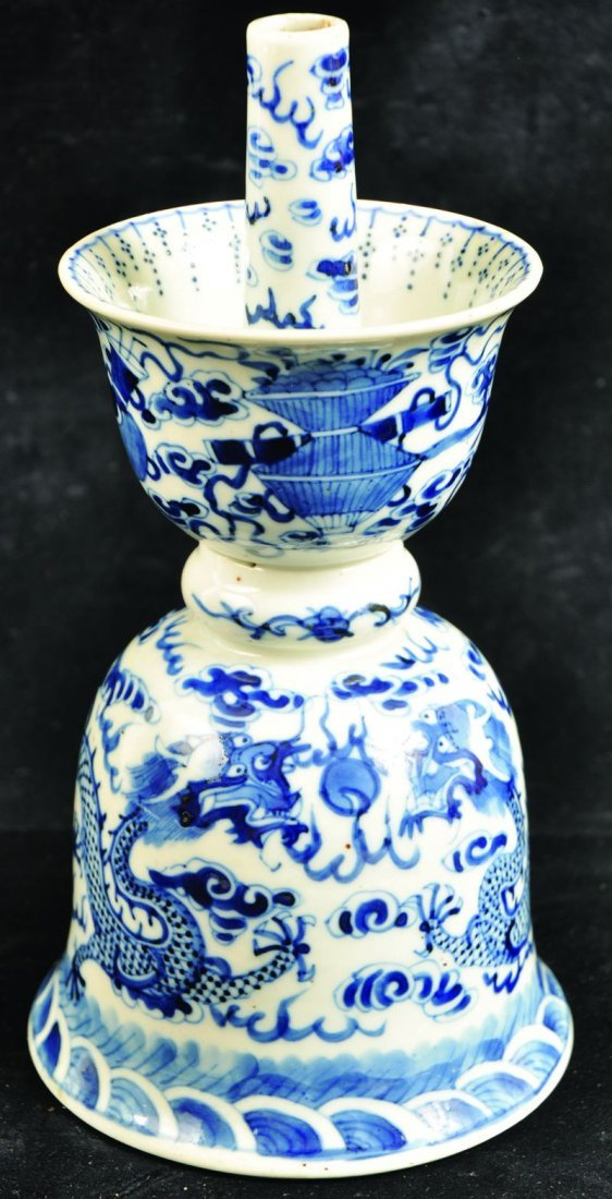 A 19TH CENTURY CHINESE BLUE & WHITE PORCELAIN DRAGON