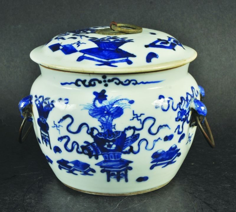 A 19TH CENTURY CHINESE BLUE & WHITE KAMCHENG JAR &