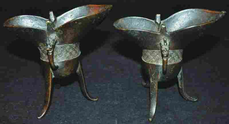 A PAIR OF CHINESE BRONZE JUE RITUAL TRIPOD VESSELS,