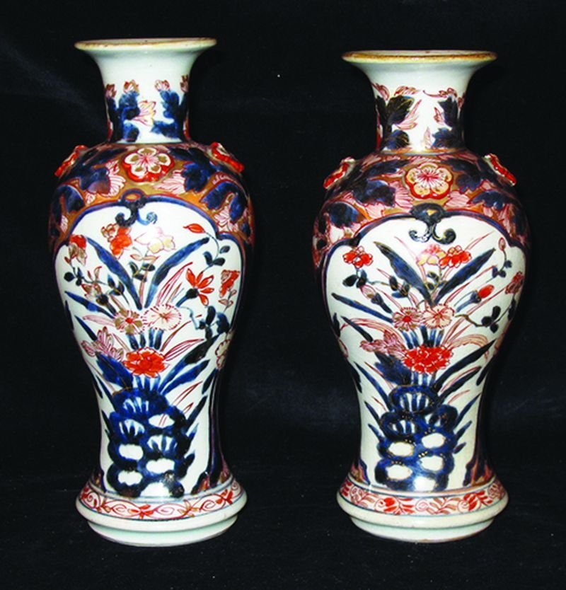 A GOOD PAIR OF EARLY JAPANESE IMARI PORCELAIN VASES,