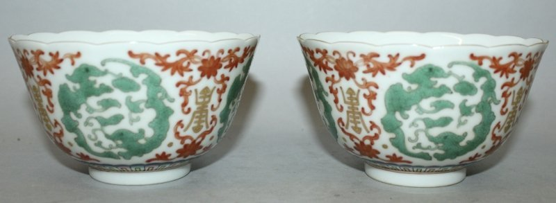 A PAIR OF IRON-RED & GREEN ENAMELLED PORCELAIN BOWLS,
