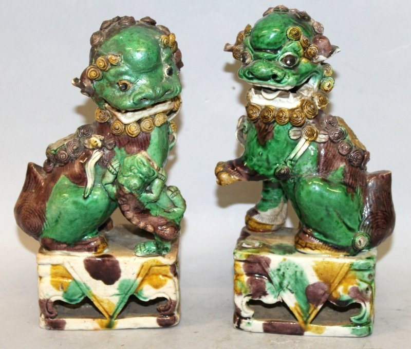 A PAIR OF CHINESE KANGXI PERIOD FAMILLE VERTE BISCUIT
