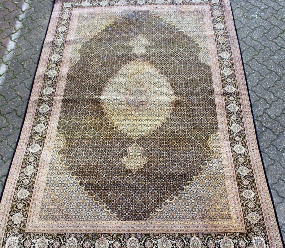AN INDIAN CARPET of Tabriz design.   9ft 10ins x 6ft