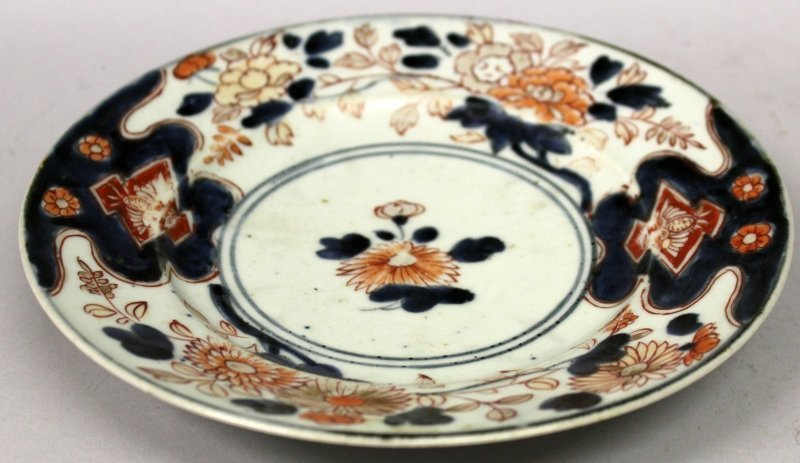 AN EARLY JAPANESE IMARI PORCELAIN PLATE, circa 1700,