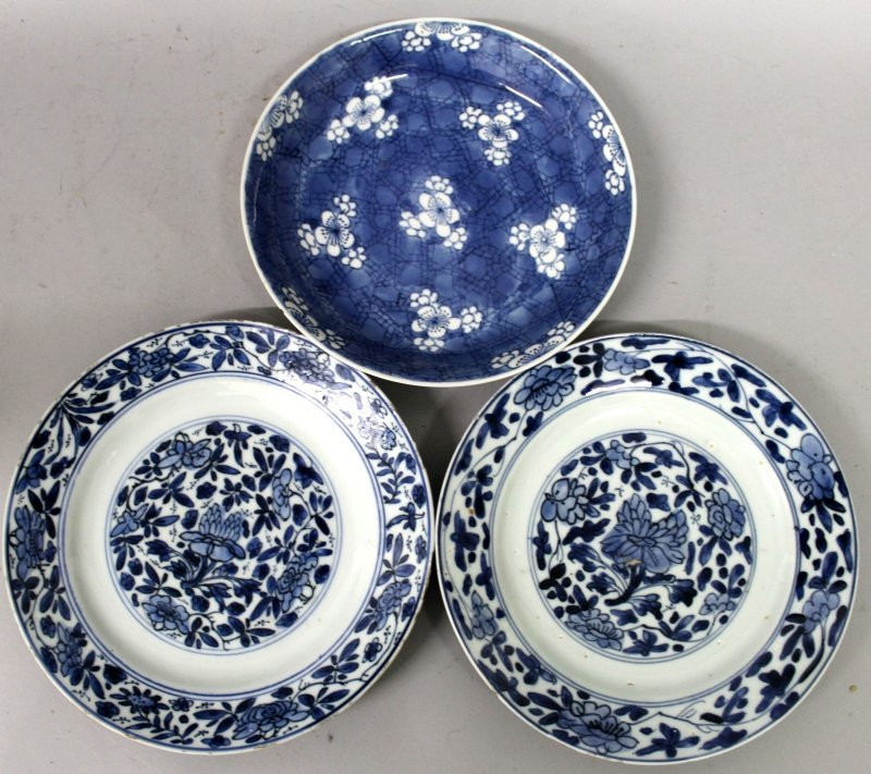 A PAIR OF CHINESE KANGXI PERIOD BLUE & WHITE PORCELAIN