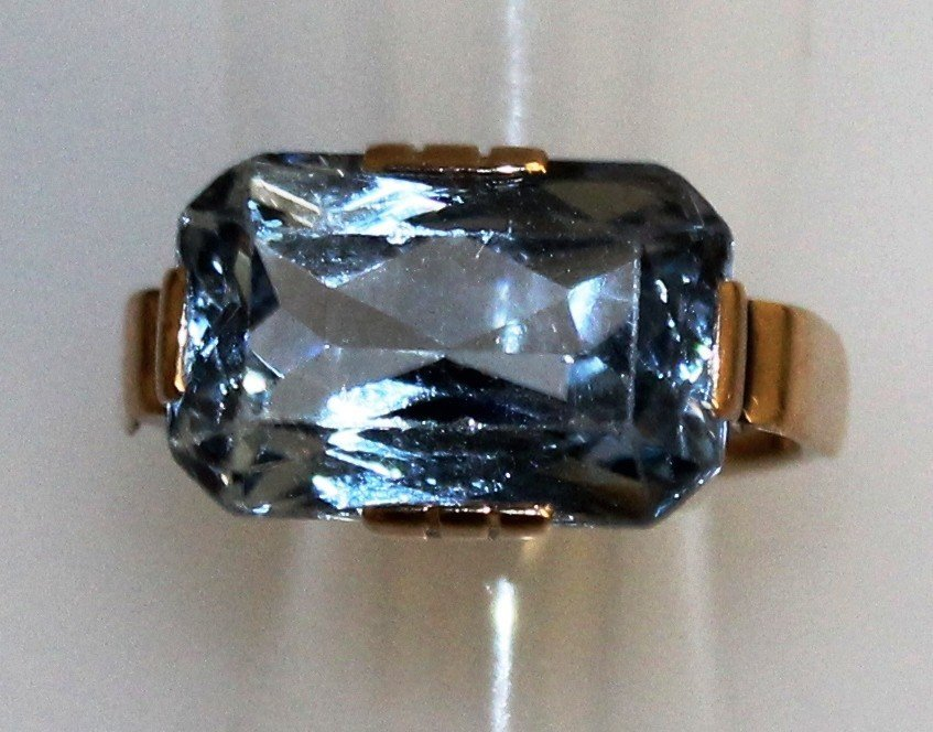A SYNTHETIC BLUE SPINEL SOLITAIRE RING, 11 carats, set