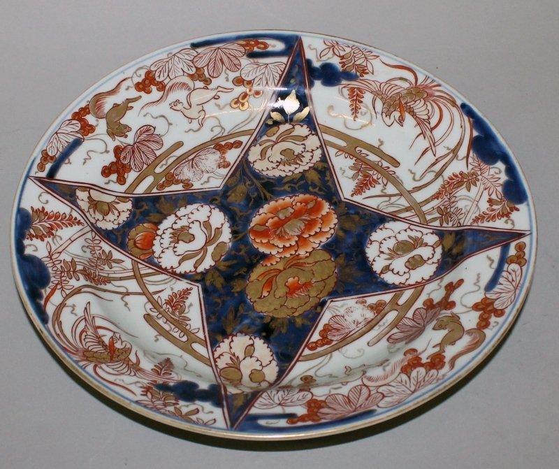 AN EARLY JAPANESE IMARI PORCELAIN DISH, circa 1700, of