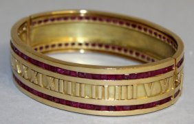 864. A Superb Emerald Set Gold Bracelet With Two Bands