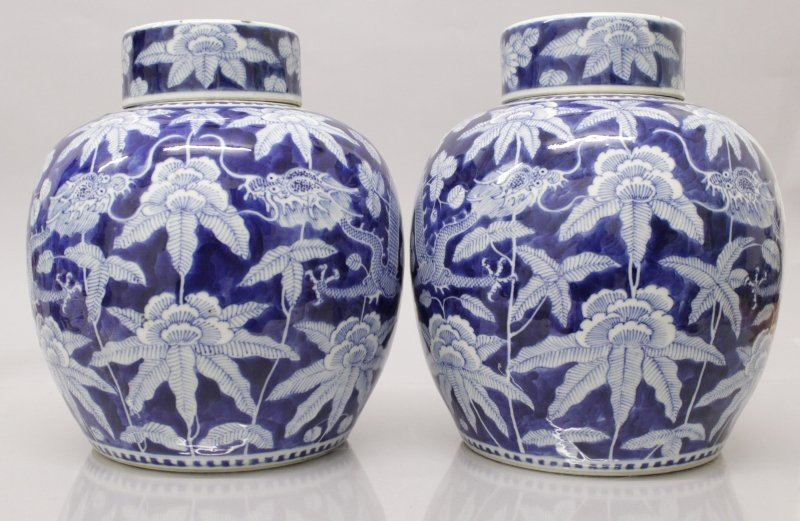 A GOOD PAIR OF 19TH CENTURY CHINESE BLUE & WHITE