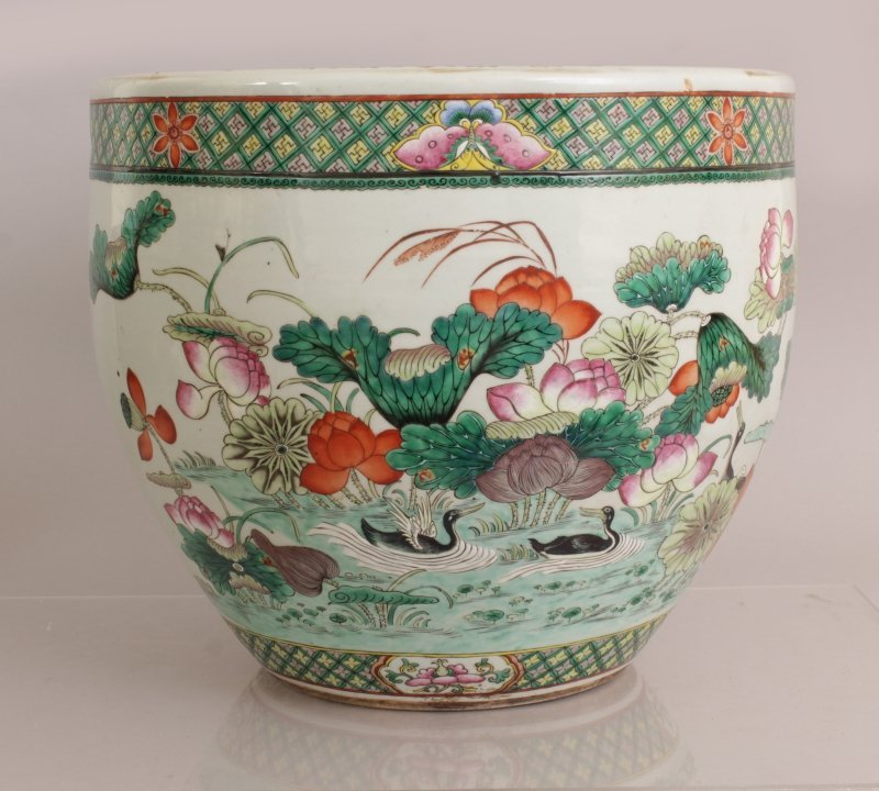 A GOOD LARGE 19TH CENTURY CHINESE FAMILLE ROSE-VERTE