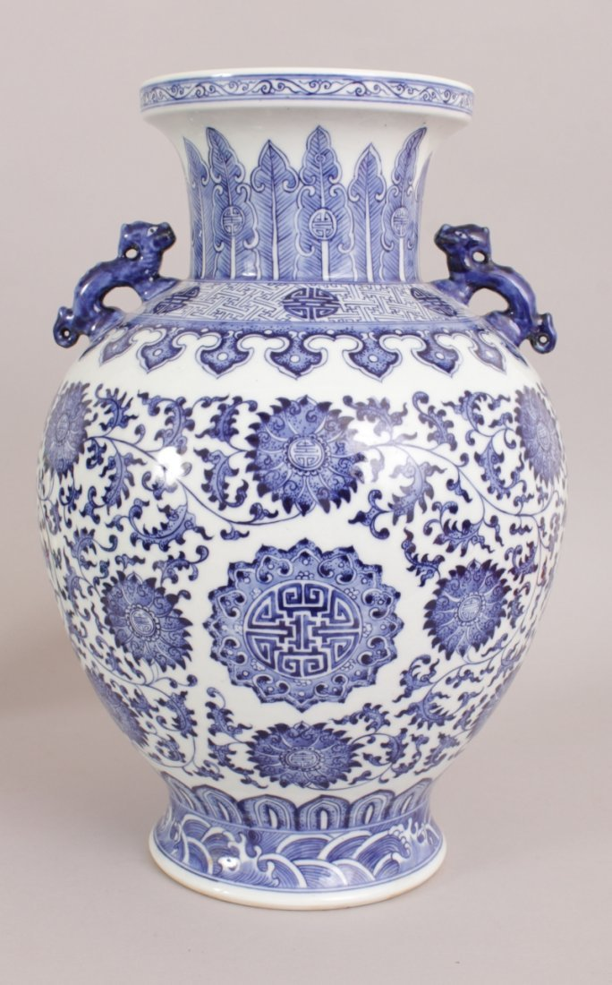 A LARGE CHINESE BLUE & WHITE PORCELAIN VASE, decorated