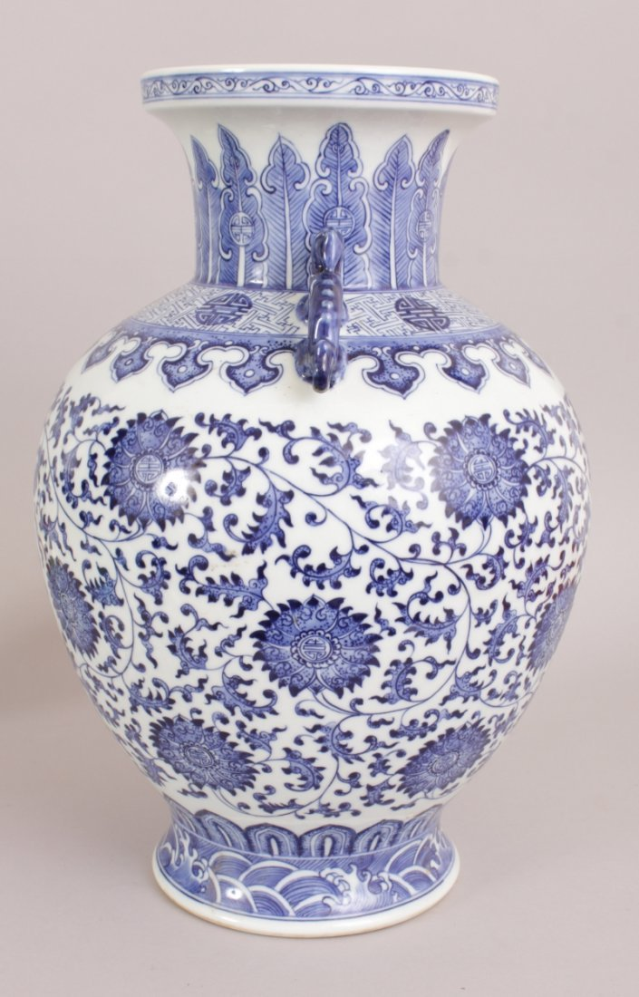A LARGE CHINESE BLUE & WHITE PORCELAIN VASE, decorated - 2