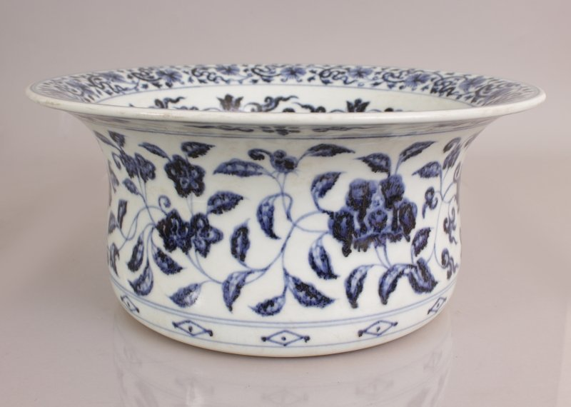 A LARGE CHINESE EARLY MING STYLE PORCELAIN BOWL, with - 2