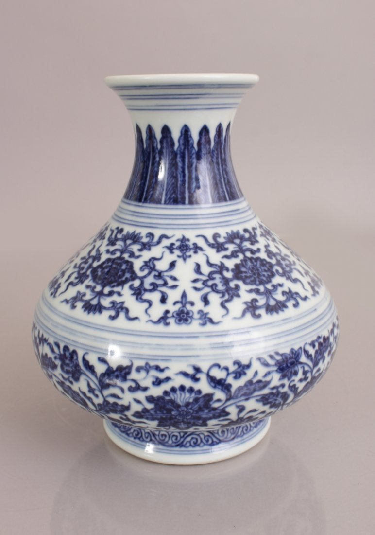 A GOOD QUALITY CHINESE MING STYLE BLUE & WHITE - 4