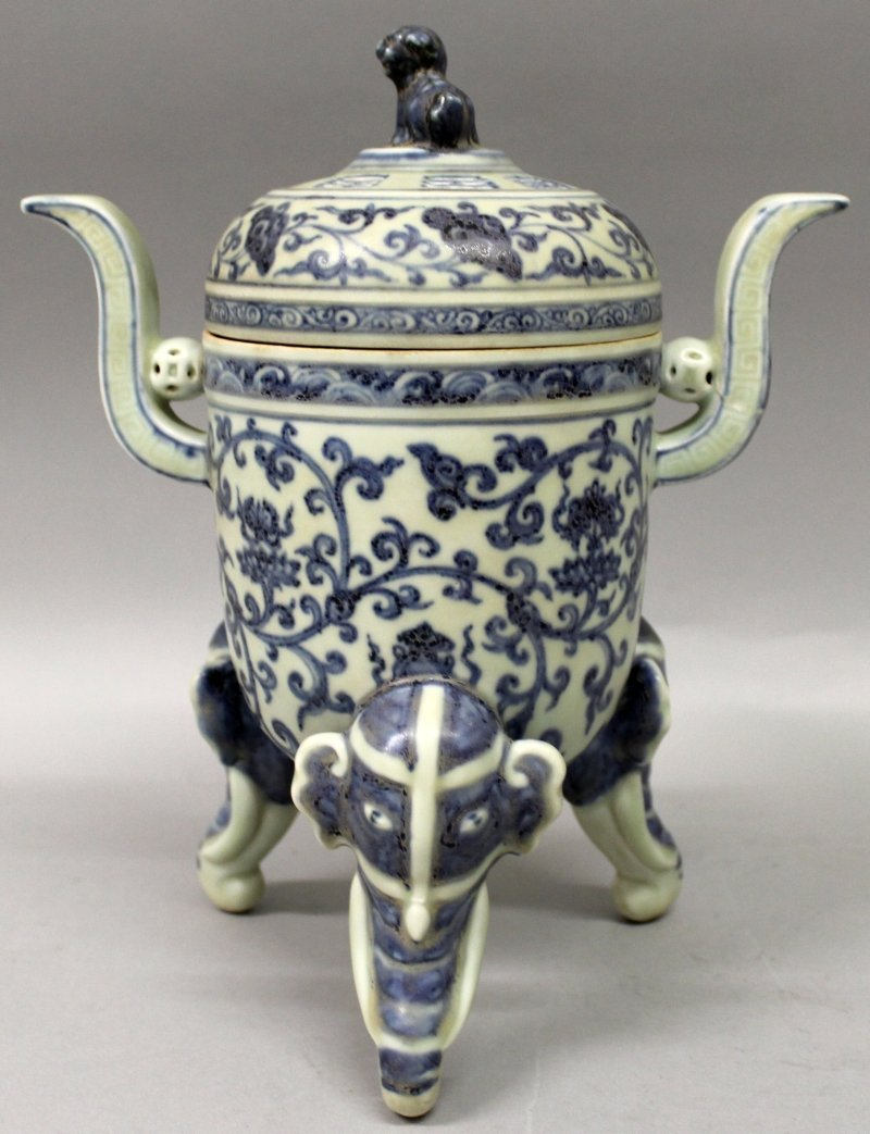 A CHINESE MING STYLE BLUE & WHITE PORCELAIN TRIPOD