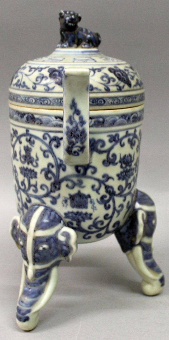 A CHINESE MING STYLE BLUE & WHITE PORCELAIN TRIPOD - 2