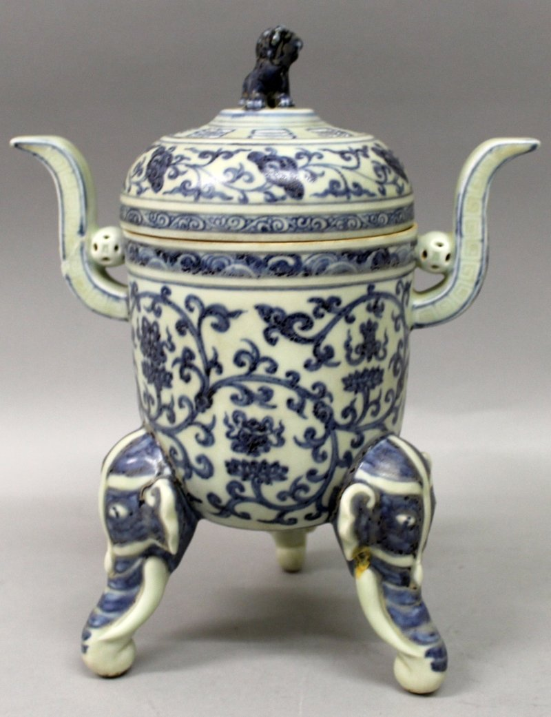 A CHINESE MING STYLE BLUE & WHITE PORCELAIN TRIPOD - 3