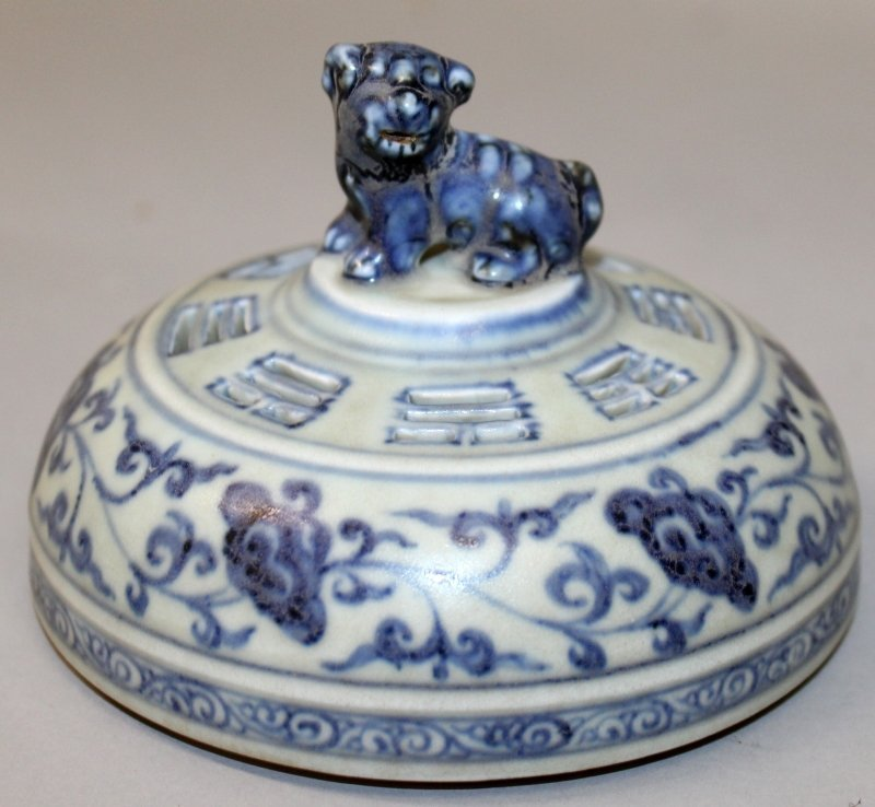 A CHINESE MING STYLE BLUE & WHITE PORCELAIN TRIPOD - 5
