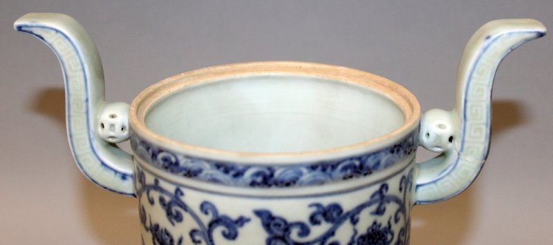 A CHINESE MING STYLE BLUE & WHITE PORCELAIN TRIPOD - 6
