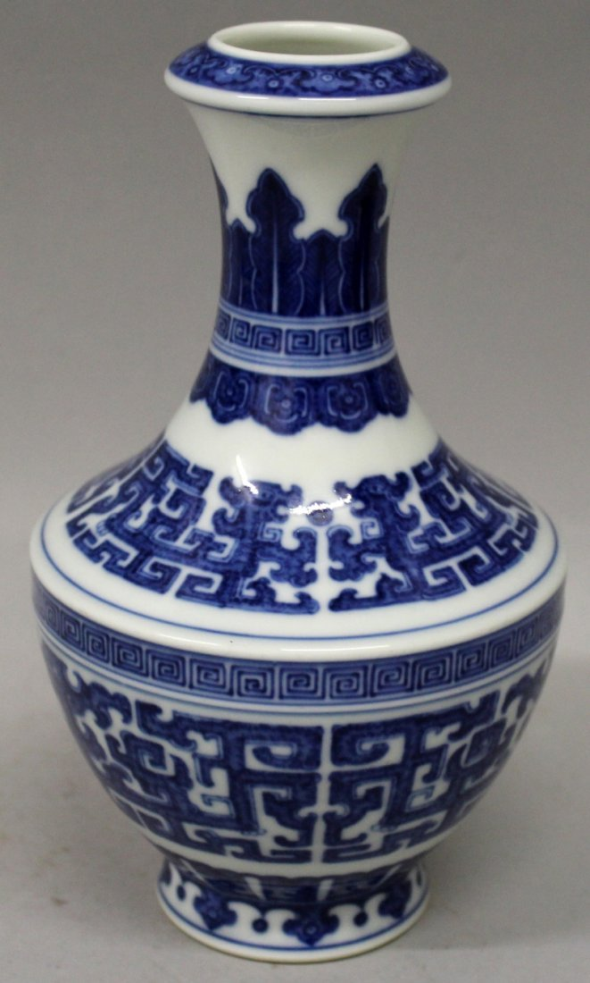 A GOOD QUALITY CHINESE MING STYLE BLUE & WHITE