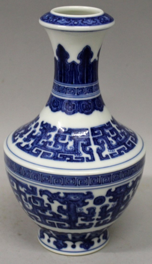 A GOOD QUALITY CHINESE MING STYLE BLUE & WHITE - 2