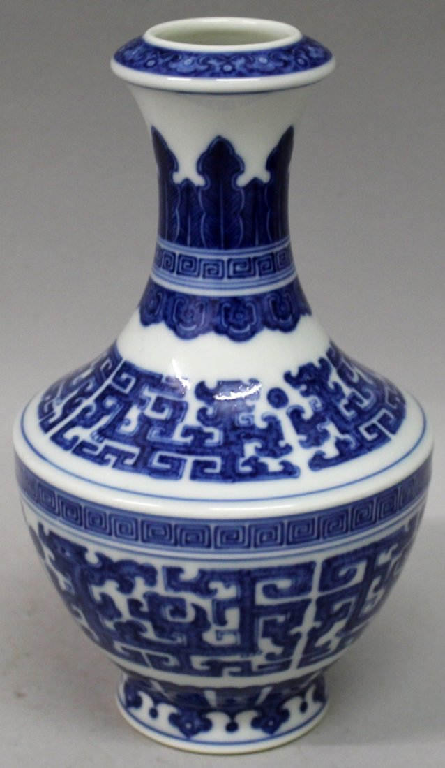 A GOOD QUALITY CHINESE MING STYLE BLUE & WHITE - 3