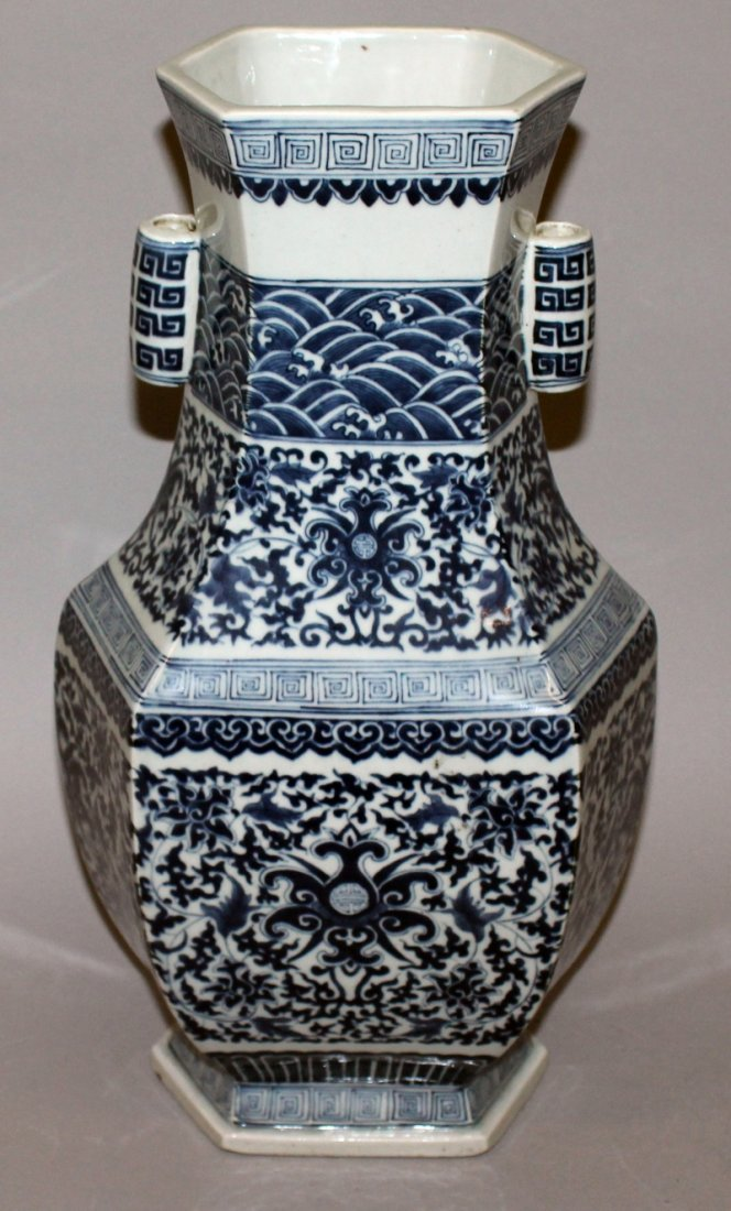 A LARGE CHINESE MING STYLE BLUE & WHITE PORCELAIN ARROW