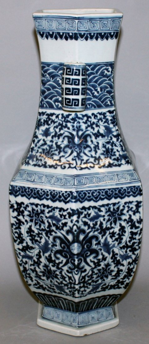 A LARGE CHINESE MING STYLE BLUE & WHITE PORCELAIN ARROW - 2