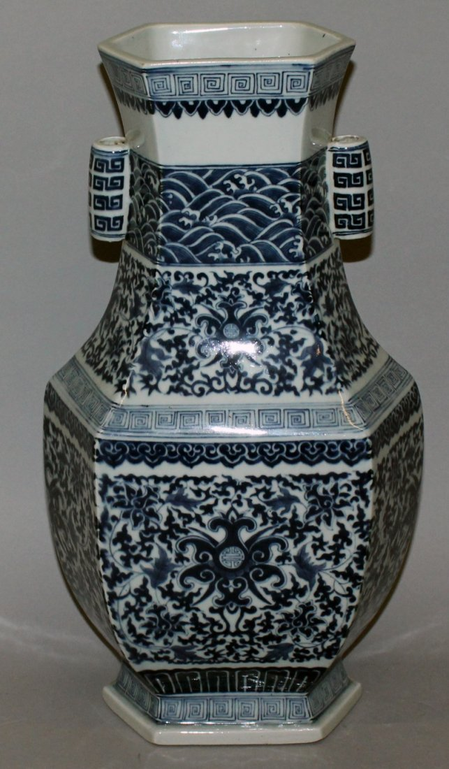 A LARGE CHINESE MING STYLE BLUE & WHITE PORCELAIN ARROW - 3