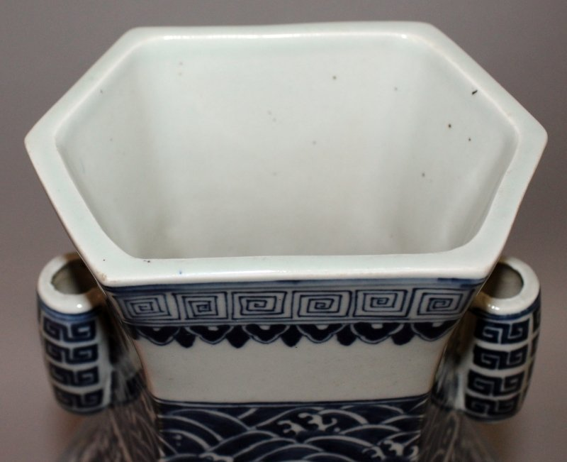 A LARGE CHINESE MING STYLE BLUE & WHITE PORCELAIN ARROW - 5